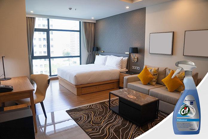 Błyszczące szyby i lustra w hotelu. Jak i czym je pielęgnować?